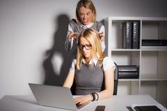 Vrouwelijke werkgever ongeveer om werknemer te doden stock foto's