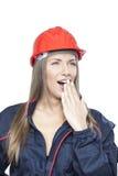 Vrouwelijke werknemer in blauwe algemene en rode veiligheidshelm Stock Afbeeldingen