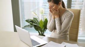 Vrouwelijke werknemer die bericht van ontslag ontvangen, die in brand gestoken, verliezende baan krijgen stock videobeelden