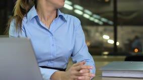 Vrouwelijke werknemer die extra administratie in bureau krijgen, werkbelasting, overwerk stock video