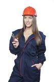 Vrouwelijke werknemer die oude heimachines houden stock foto