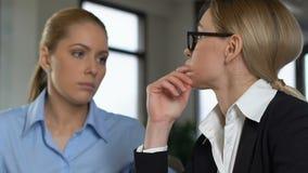 Vrouwelijke werknemer die verstoorde collega, ondersteunend vriend, het werkprobleem troost stock videobeelden