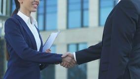 Vrouwelijke werknemer het schudden handen met chef-, gelukkig voor bevordering, succesvolle carrière stock video