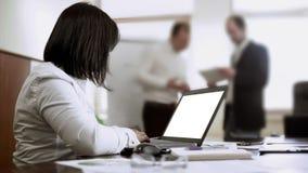 Vrouwelijke werknemer het typen notulen op computer in vergadering, mensen die project bespreken royalty-vrije stock afbeeldingen