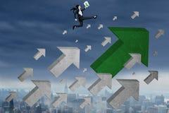 Vrouwelijke werknemer met de sprongen van het pijlteken bij hemel Stock Afbeeldingen