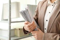 Vrouwelijke werknemer met documenten in archief Ruimte voor tekst royalty-vrije stock foto