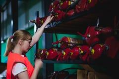 Vrouwelijke werknemer op bierfabriek portretvrouw in robe, die zich bij de productie van het achtergrondlijnvoedsel, de controle  Stock Foto