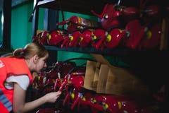 Vrouwelijke werknemer op bierfabriek portretvrouw in robe, die zich bij de productie van het achtergrondlijnvoedsel, de controle  Royalty-vrije Stock Fotografie