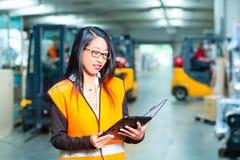 Vrouwelijke werknemer of supervisor bij pakhuis Royalty-vrije Stock Foto's