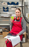 Vrouwelijke werknemer terwijl koffiepauze Stock Afbeelding