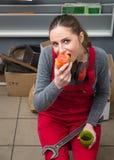 Vrouwelijke werknemer terwijl koffiepauze Royalty-vrije Stock Fotografie