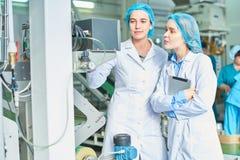 Vrouwelijke werknemers bij Fabriek royalty-vrije stock afbeeldingen