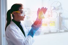 Vrouwelijke wetenschappelijk onderzoeker waargenomen vloeibare chemische reactie binnen royalty-vrije stock fotografie