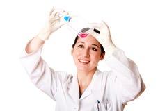 Vrouwelijke wetenschapper die de fles van de weefselcultuur bekijkt Stock Afbeelding