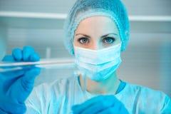 Vrouwelijke Wetenschapper die in Laboratorium werkt Stock Afbeelding