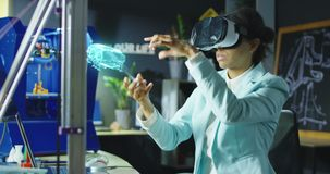 Vrouwelijke wetenschapper die VR-hoofdtelefoon met behulp van stock videobeelden