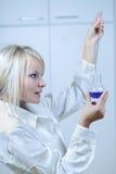 Vrouwelijke wetenschapper/onderzoeker in een laboratorium Stock Foto's