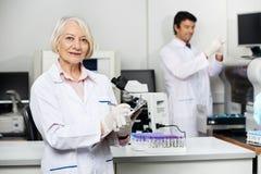 Vrouwelijke Wetenschapper Writing On Clipboard binnen stock afbeeldingen
