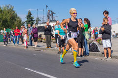 Vrouwelijke winnaar van de Looppas voor de het Levensconcurrentie tijdens de lokale activiteit van de Stadsdag Royalty-vrije Stock Fotografie