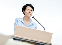 Vrouwelijke woordvoerder bij het podium stock afbeeldingen