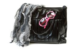 Vrouwelijke zak met sjaal en roze-gekleurde glazen Stock Foto
