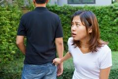 Vrouwelijke zakkenroller die een portefeuille van achter zak op jeans stelen Stock Afbeeldingen