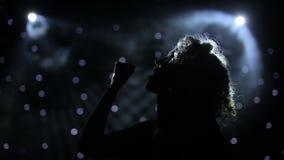 Vrouwelijke zanger backlit op rokerig stadium stock videobeelden