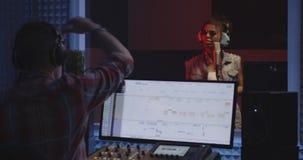 Vrouwelijke zanger die fout in studio maken stock video