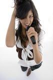 Vrouwelijke zanger die in microfoon presteert Royalty-vrije Stock Foto's