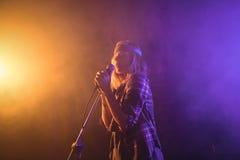 Vrouwelijke zanger die in verlichte nachtclub presteren royalty-vrije stock foto's
