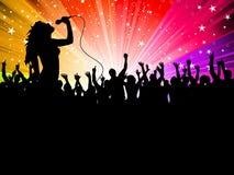 Vrouwelijke zanger met menigte Royalty-vrije Stock Fotografie
