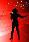 Vrouwelijke zanger op abstracte rode achtergrond Stock Fotografie