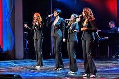 Vrouwelijke zangers in een show royalty-vrije stock afbeeldingen
