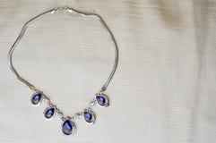 Vrouwelijke zilveren juwelen met blauwe halfedelstenen, diamanten stock afbeeldingen