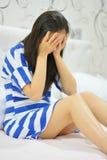 Vrouwelijke zitting op bed met geaccumuleerde spanning, zorg, eenzaamheid, geestelijke probleem of ziekte Royalty-vrije Stock Afbeelding