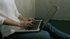 Vrouwelijke zitting op vloer en thuis het typen op laptop stock footage