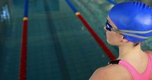 Vrouwelijke zwemmer klaar om in zwembad te duiken stock videobeelden