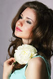 vrouwelijkheid Oprecht Brunette met Witte Pioen Stock Afbeeldingen