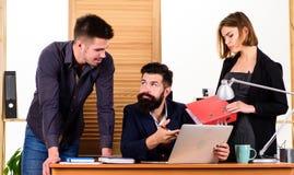 Vrouwen aantrekkelijke dame die met mannen collega's werken Bureau collectief concept De medewerkers delen het oplossen van zaken stock fotografie
