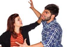Vrouwen aanvallende echtgenoot Stock Afbeeldingen