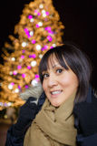 Vrouwen Aziaat op Kerstmismarkt Stock Fotografie
