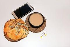 Vrouwen bedrijfskoffiepauzeconcept met mobiele telefoon stock fotografie