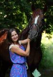 Vrouwen belangrijk paard op halter door het hout Stock Afbeelding