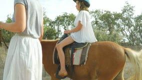 Vrouwen belangrijke poney stock footage