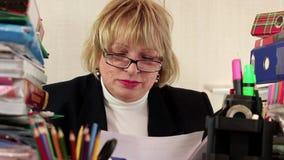 Vrouwen belangrijkste financiële ambtenaar met handelspapier stock video