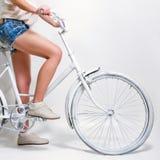 Vrouwen berijdende fiets Royalty-vrije Stock Fotografie