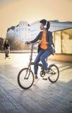Vrouwen berijdende fiets in de stad royalty-vrije stock afbeelding