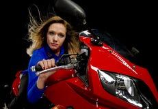 Vrouwen berijdende motorfiets royalty-vrije stock afbeeldingen