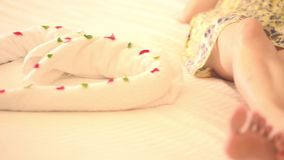 Vrouwen bewegende benen en voeten op wit bedblad stock video