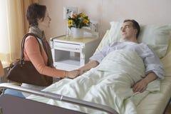 Vrouwen Bezoekende Man in het Ziekenhuis Royalty-vrije Stock Foto's